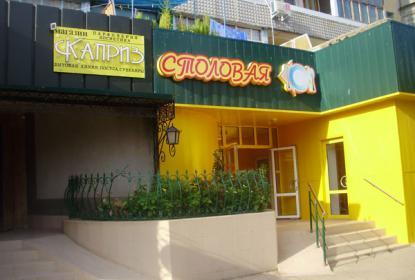 В поселке есть столовые, рестораны и магазины