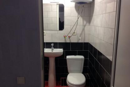 В каждом номере есть туалет и душевая кабина